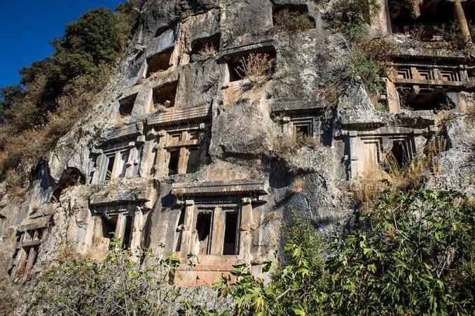 المقابر الصخرية الشهيرة في فتحية
