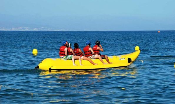 التجديف في قارب الموزة في جزر المالديف